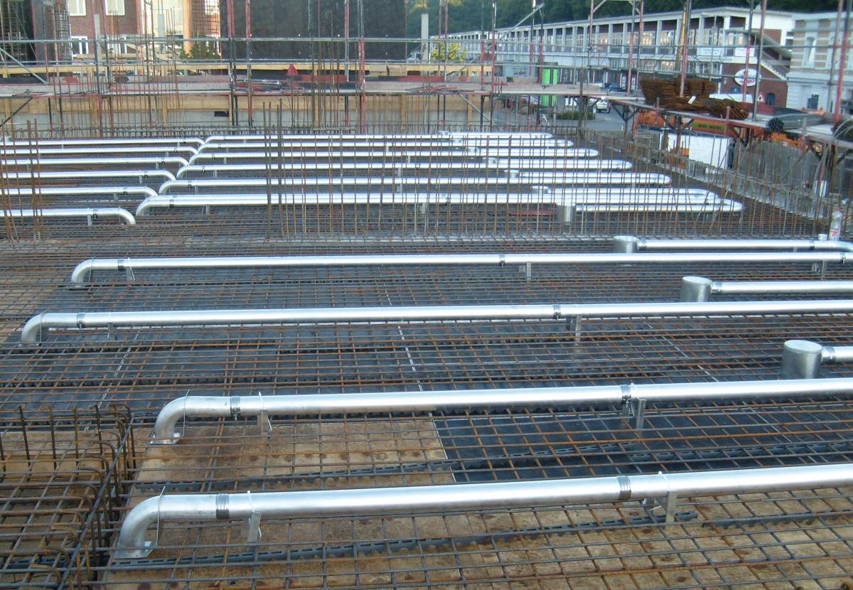 Kühlrohre aus Aluminium In die Betondecken werden rasterbezogen Kühlrohre aus wärmeleitendem Aluminium eingegossen. Verlegen lassen sich die Kühlrohre in Ortbeton, Filigrandecken und Fertigteildecken.