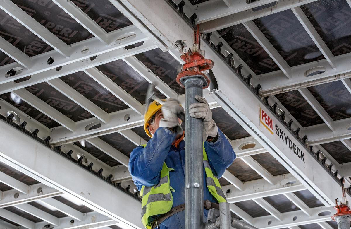 Reduzierte Materialvorhaltung: Der Skydeck-Fallkopf ermöglicht frühes Ausschalen, sodass Paneele und Längsträger schnell für folgende Betonierabschnitte verfügbar sind.