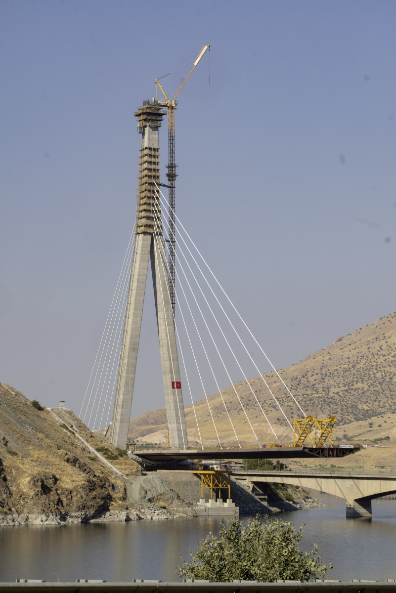 Kömürhan Bridge: Pylon Standing at a height of 168.5 metres, the inverted 'Y' shaped reinforced concrete tower is the centrepiece of the new Kömürhan Bridge.