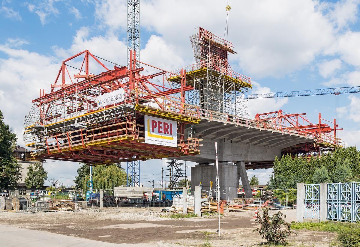 Dank der detaillierten Planung der Ingenieure von PERI und der hohen Flexibilität des PERI Freivorbaugeräts konnte der Überbau der Schrägseilbrücke rechtzeitig fertiggestellt werden.