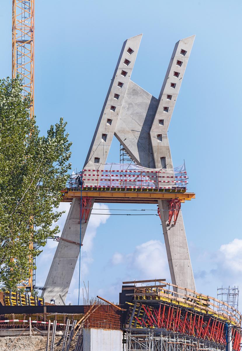 Im Rahmen des Ausbaus der Krakauer Stadtbahn KST wurde als zweiter Bauabschnitt der 40 m hohe asymmetrische Viaduktpylon mit einer kombinierten A- und H-Geometrie errichtet. Auf zwei Drittel Höhe des Pylons wurden horizontal aufgehängte SB Stützböcke verwendet. Diese bildeten eine tragende Zwischenplattform für den Querbalken, eine technologische Plattform zum Vorhalten der Bewehrung sowie auch, in der letzten Phase, eine Unterkonstruktion für das Gerüst zur Montage der Schrägseile. Die PERI Komplettlösung ermöglichte kurze Betoniertakte bei höchsten Sicherheitsstandards