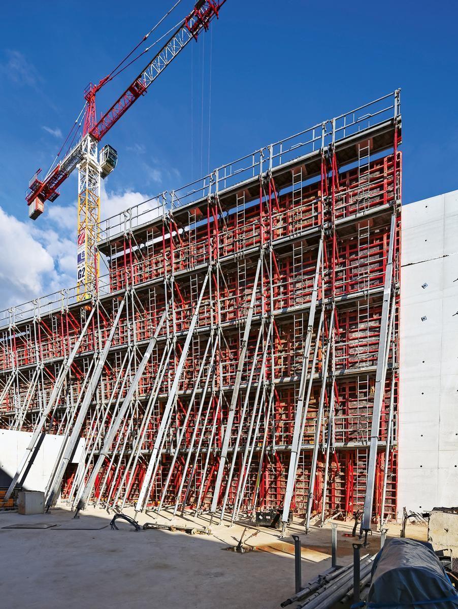 Die TRIO Rahmenschalung ermöglicht die Herstellung der 13,50 m hohen Wände mit variierenden Neigungen. Bis zu 14 m lange RS Richtstützen sorgen für die korrekte Ausrichtung der Elemente