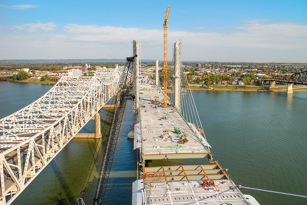 Die Abraham Lincoln Bridge wurde parallel zur 1963 eröffneten John F. Kennedy Memorial Bridge gebaut.