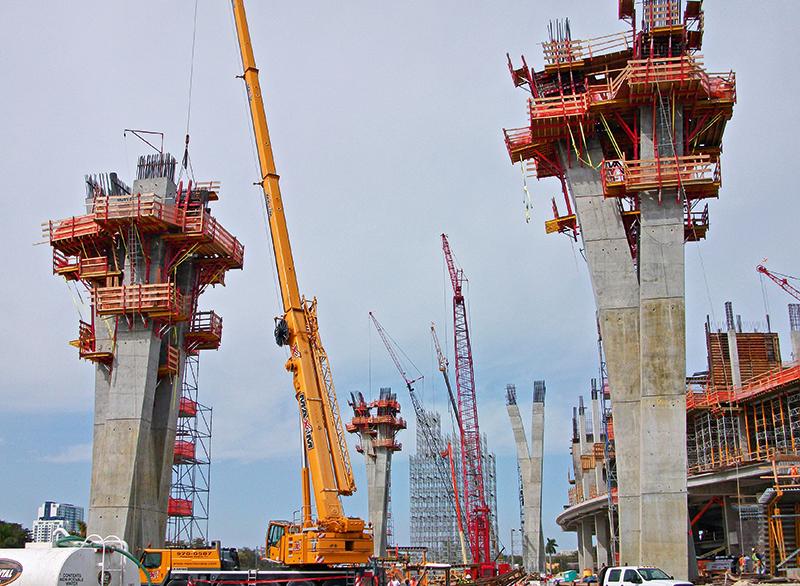 Rund 46 m hohe Pfeiler tragen die Führungsschienen der Dachkonstruktion.