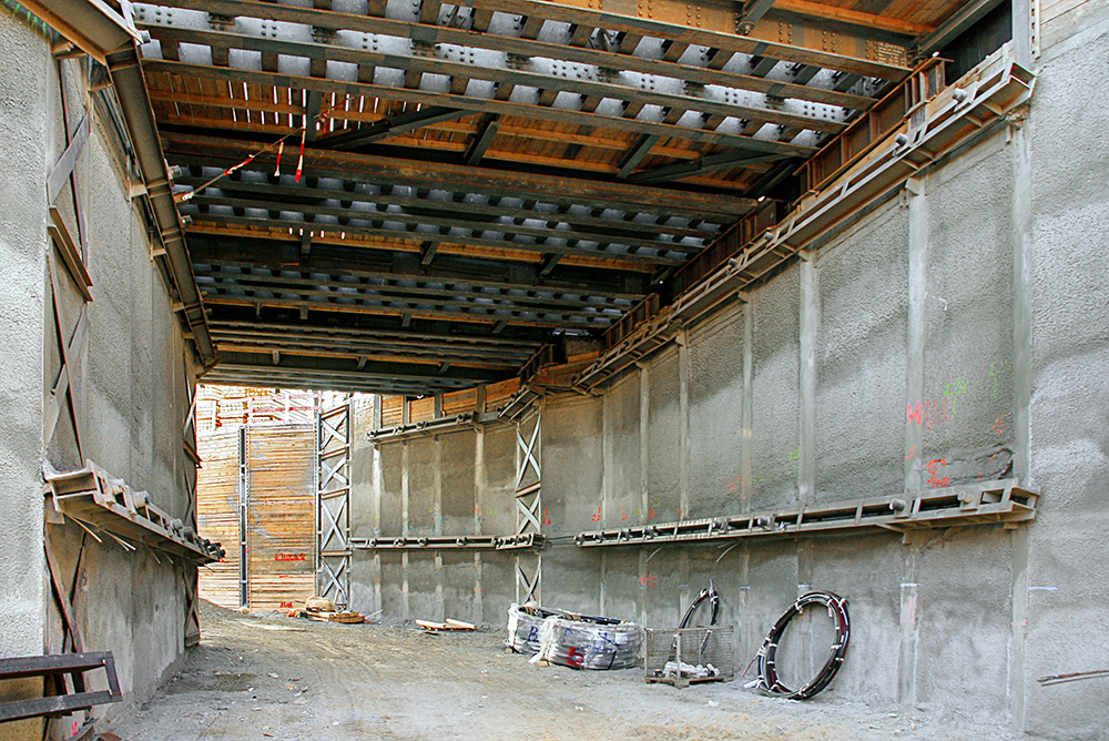 The tunnel structure had been concreted as a trough structure in sections with floor slabs, walls and corners. The tunnel structure had been concreted as a trough structure in sections with floor slabs, walls and corners.