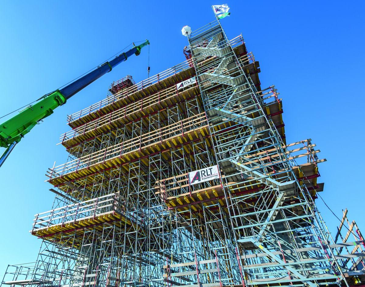 Der 34 m hohe Brückenpylon wurde in sechs Bauabschnitten hergestellt.