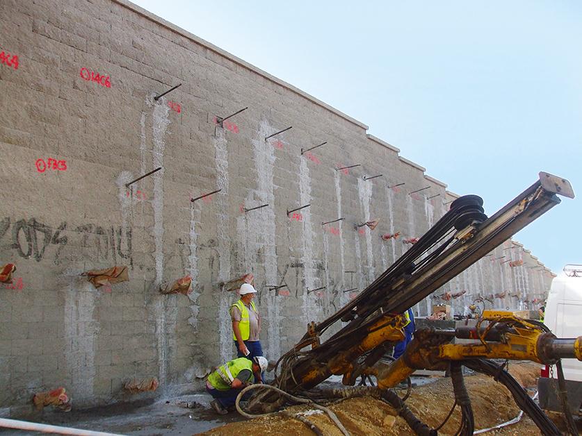 Zur Erhöhung der Tragfähigkeit wurden die Stützwände mit Selbstbohrankern rückverankert.