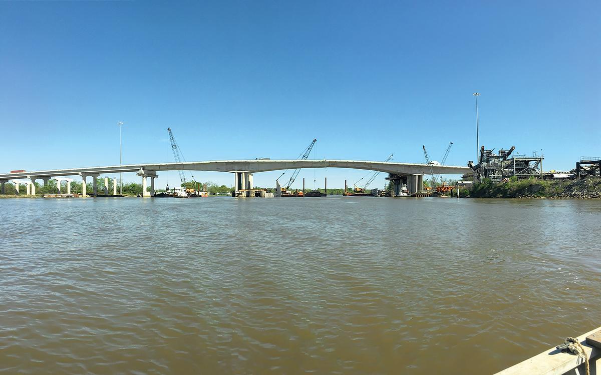 I-10 Neches River Bridge Die neue I-10 Neches River Bridge wird die Schienenkapazitäten über den Fluss Neches beträchtlich erweitern.
