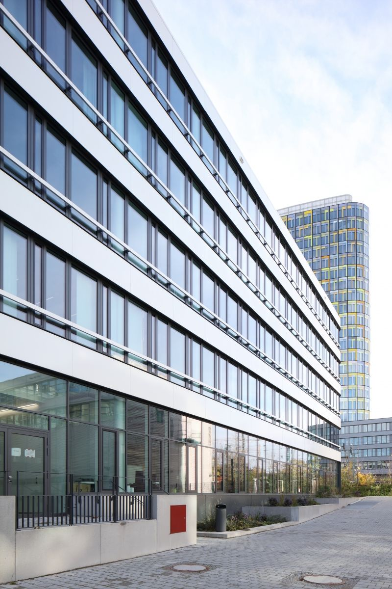 Das NEWTON von DMP Architekten stellt der Farbdominanz der ADAC-Hauptverwaltung eine puristische Gestaltungssprache gegenüber. Das NEWTON von DMP Architekten stellt der Farbdominanz der ADAC-Hauptverwaltung eine puristische Gestaltungssprache gegenüber.