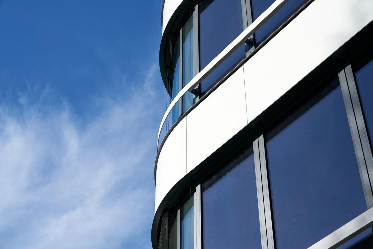 Mediendatei Nr. 337767 Die Lebensdauer der Einbrennlackierung entspricht der Lebensdauer der gesamten Fassade. Damit erfüllt sie besonders hohe Nachhaltigkeitsansprüche.