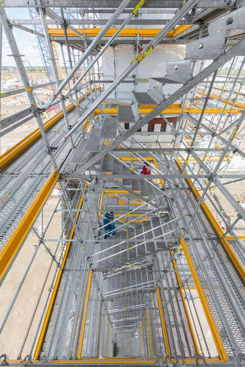 Integrated staircases with widths of up to 1.25 m allow convenient and rapid access to all scaffold levels. Integrated staircases with widths of up to 1.25 m allow convenient and rapid access to all scaffold levels.