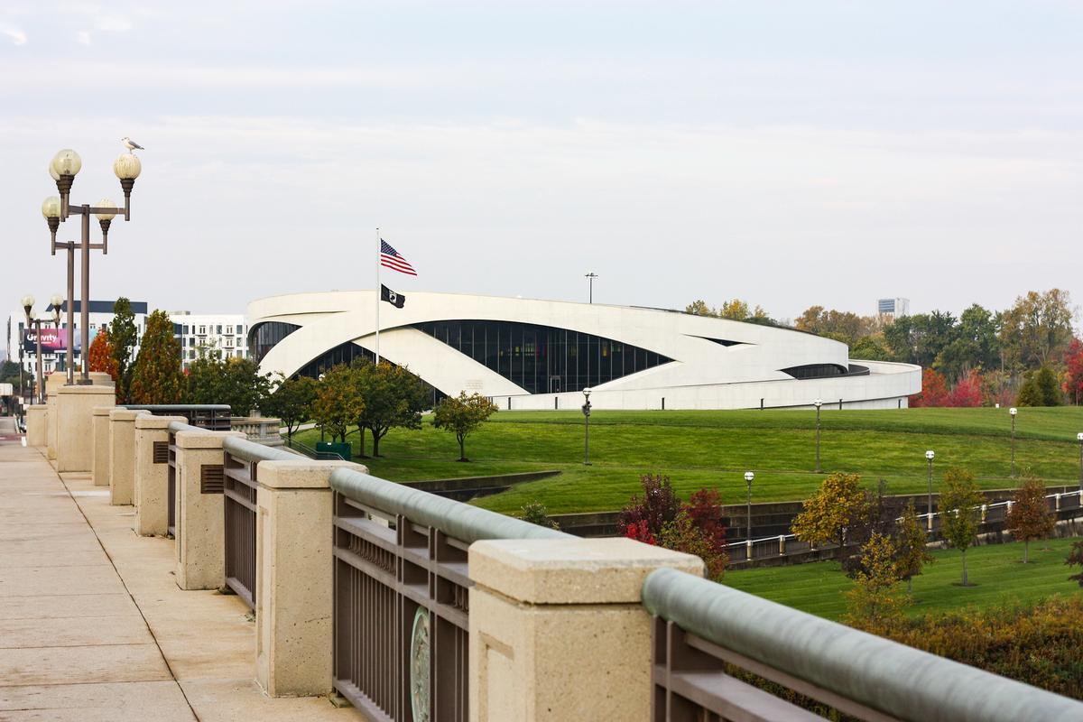 Das Haupttragwerk des Museums setzt sich aus drei konzentrischen, frei geformten Ringen aus Ortbeton zusammen.