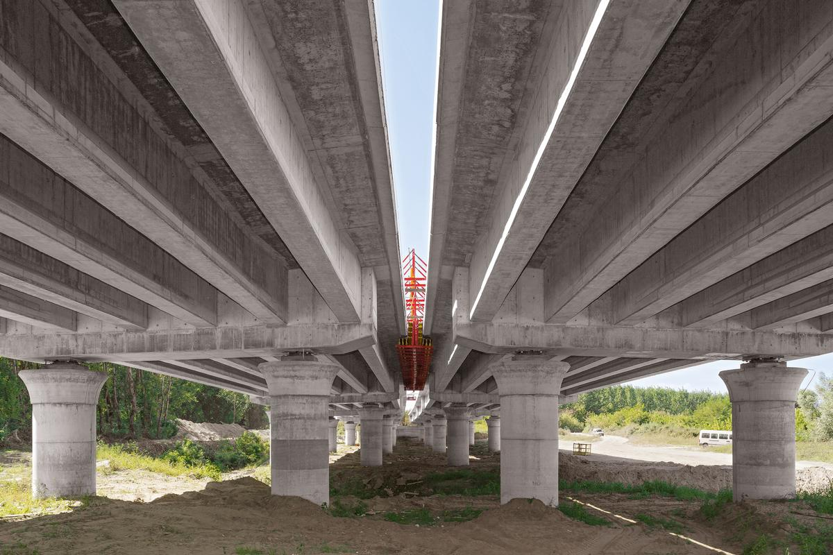 The precast beams of the foreland bridges are supported on 180 cm thick circular columns complete with mushroom‑shaped heads – thanks to the specially prepared Peri steel formwork, the best concrete surface results have been achieved