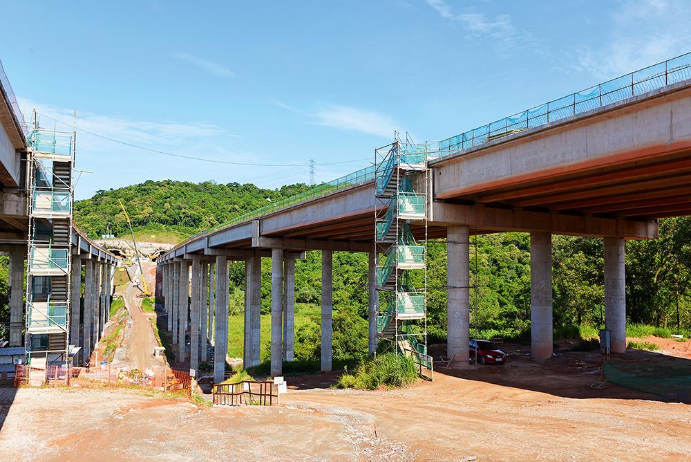 Für die São Paulo Metropolitan Ring Road wurde u. a. eine Talbrücke errichtet, an die sich ein Tunnel anschließt.