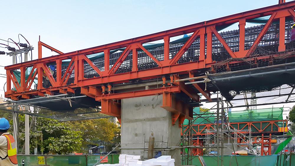 Die um 11,2 m auskragenden Pfeilerköpfe des Viadukts wurden mit Litzenspanngliedern vorgespannt.