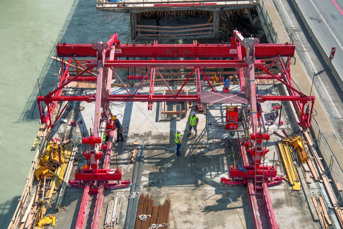 5.70-m-long concreting sections on a weekly basis With the balanced cantilever carriage, it was possible to complete 5.70-m-long concreting sections on a weekly basis.