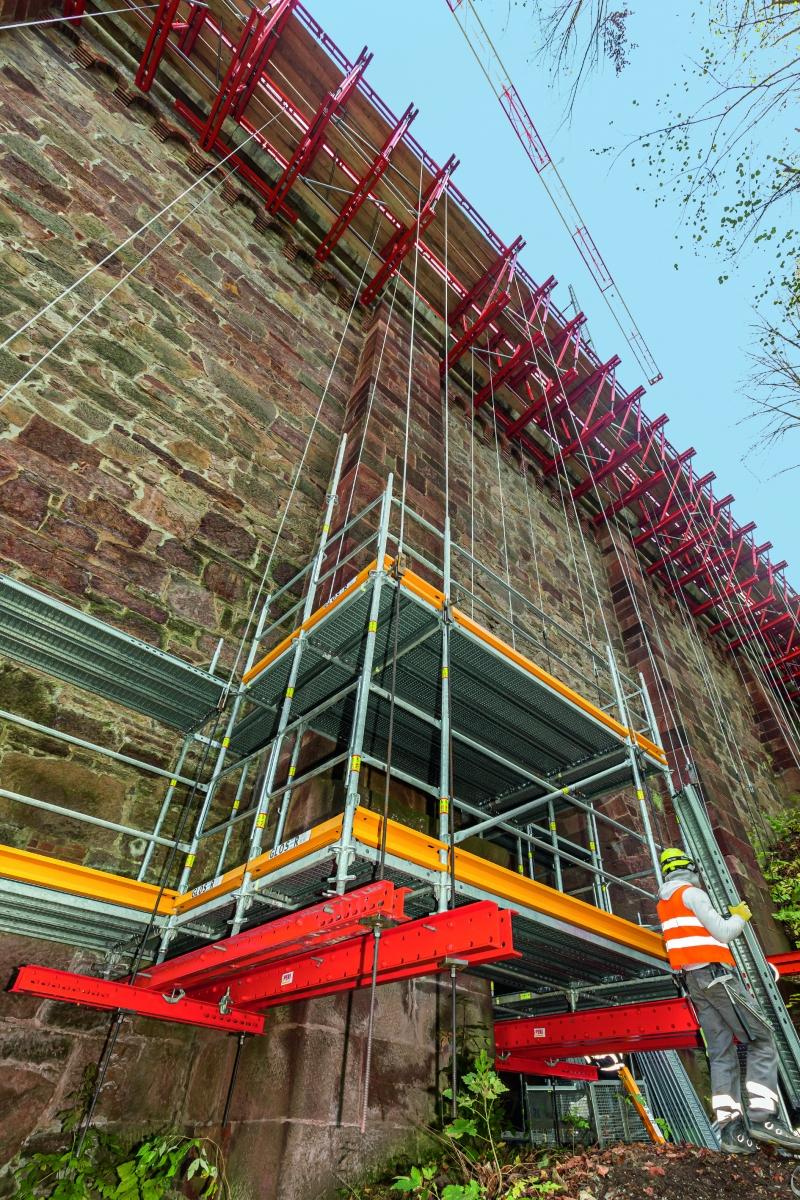 Hängegerüst In den Hangbereichen wurde mangels Gründungsmöglichkeiten das Fassaden- als Hängegerüst ausgeführt.