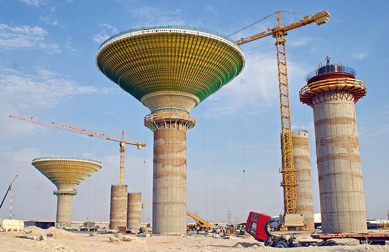 Six pillars, two of them are already equipped with a water tank.