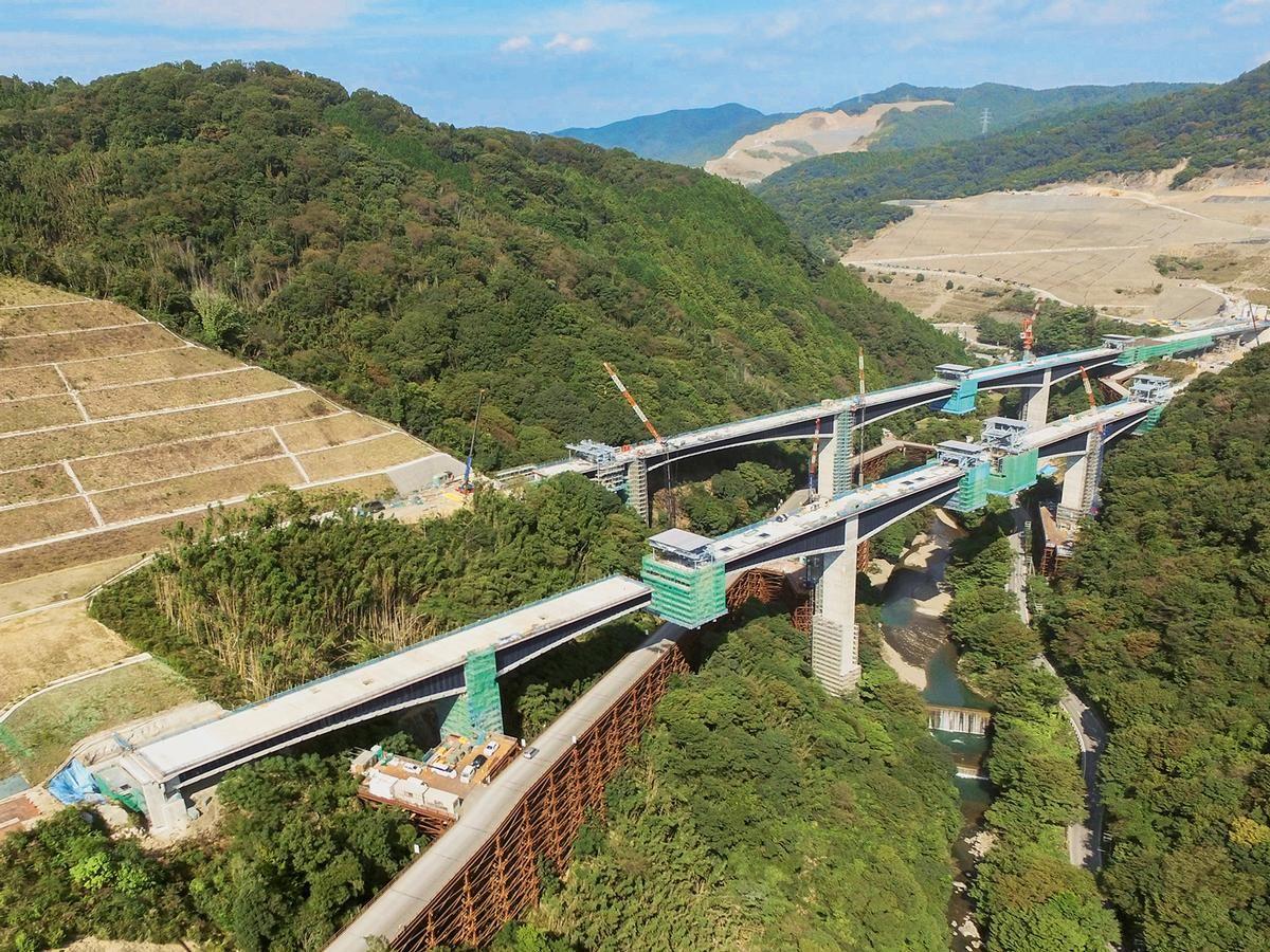 The Aigawa Bridge is a multi-span rigid frame bridge on the Shin-Meishin Expressway.