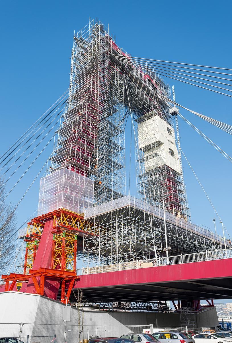 Die Einrüstung der beiden Pylone der Willemsbrücke war eines der schwierigsten Gerüstbauprojekte in den Niederlanden.