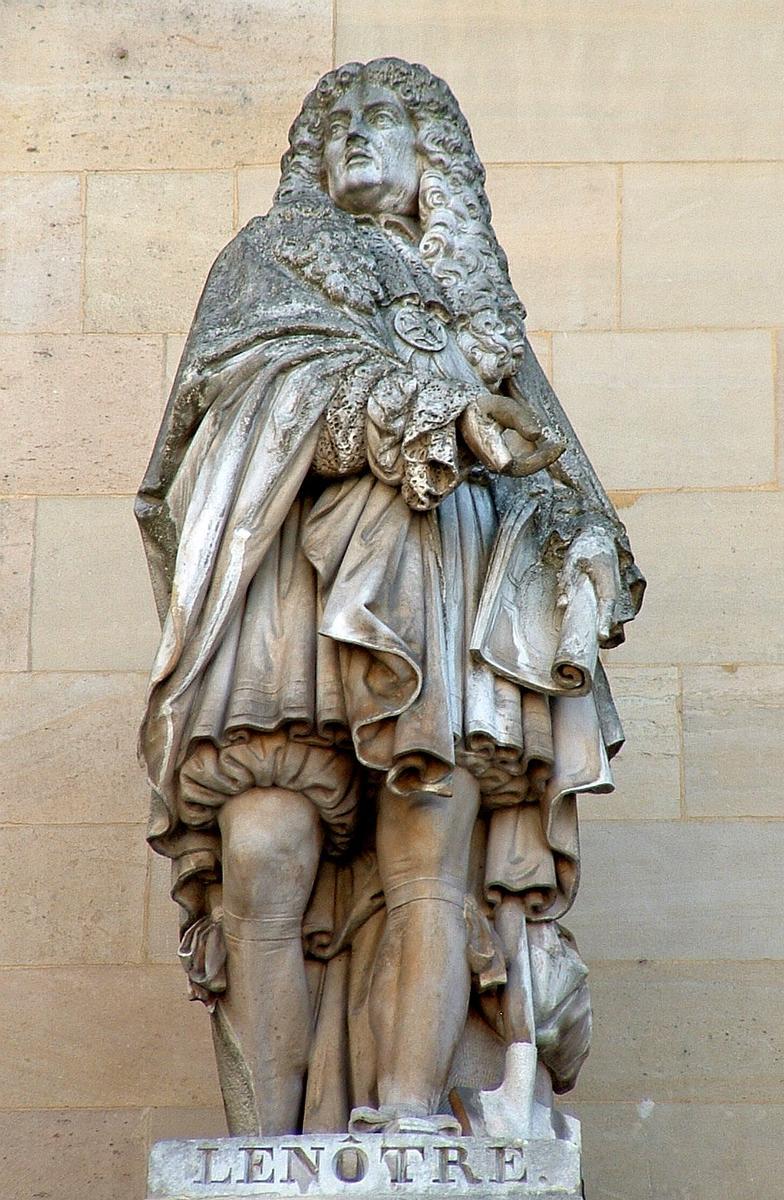 Statue von Lenôtre, Teil der Fassade des Louvre