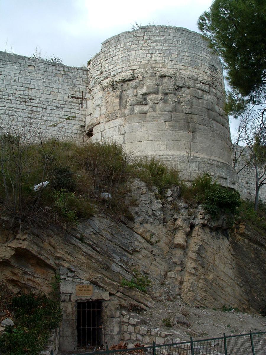 Arles - Rempart romain au droit de la porte de la Redoute et l'aqueduc romain passant sous les remparts