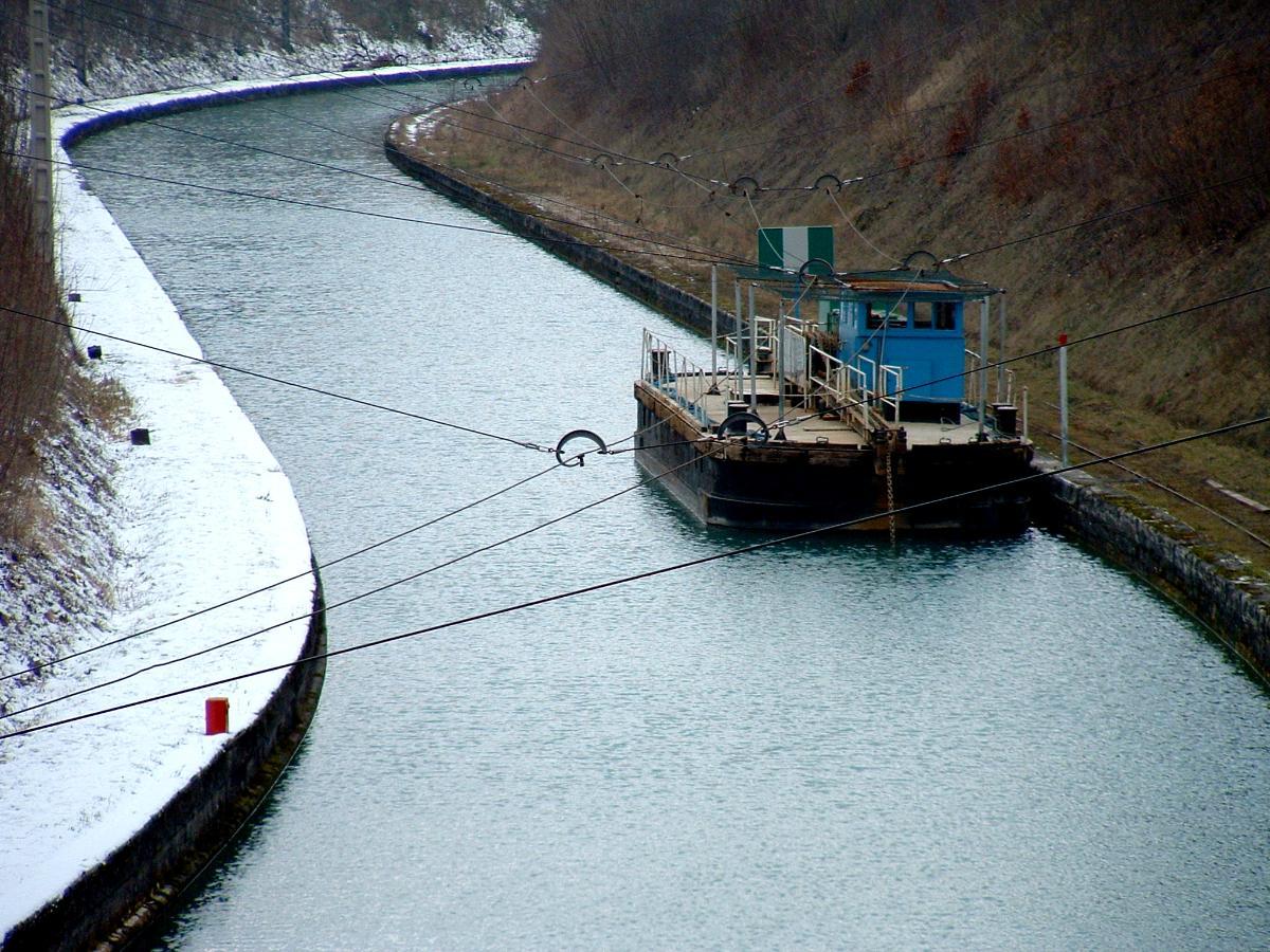 Canal de la Marne au Rhin OuestToueur en attente à l'entrée du tunnel de Mauvages.