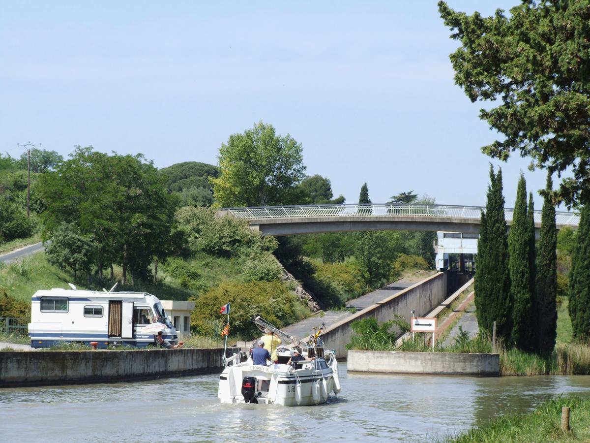 Canal du Midi - Béziers - Pente d'eau de Fonséranes - Vu du bas de la pente, vers la droite le canal se dirige vers les écluses