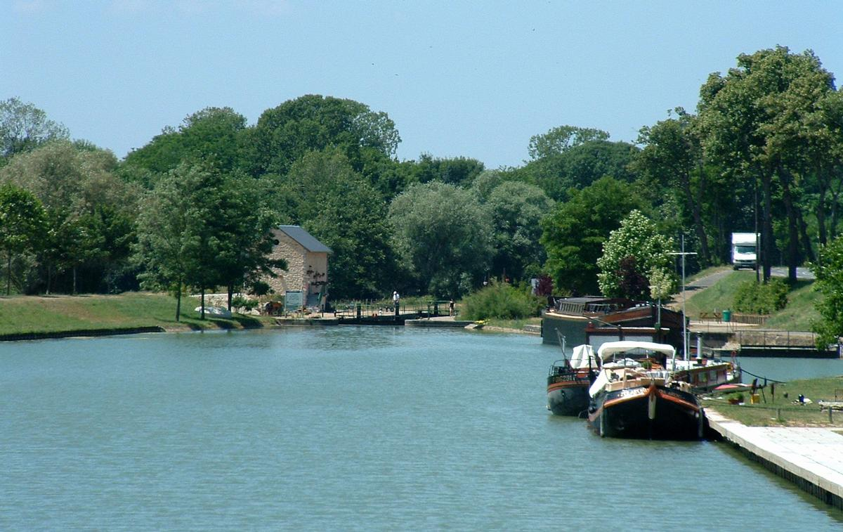 Canal du Nivernais - Saint-Léger-les-Vignes - Halte nautique et écluse