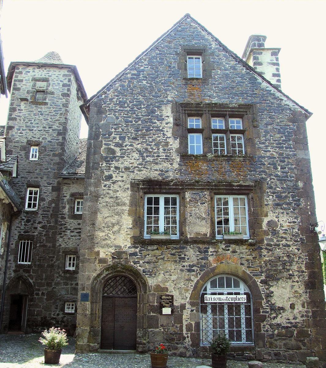Villes et villages de charme du Cantal Salers_maison_des_templiers_1
