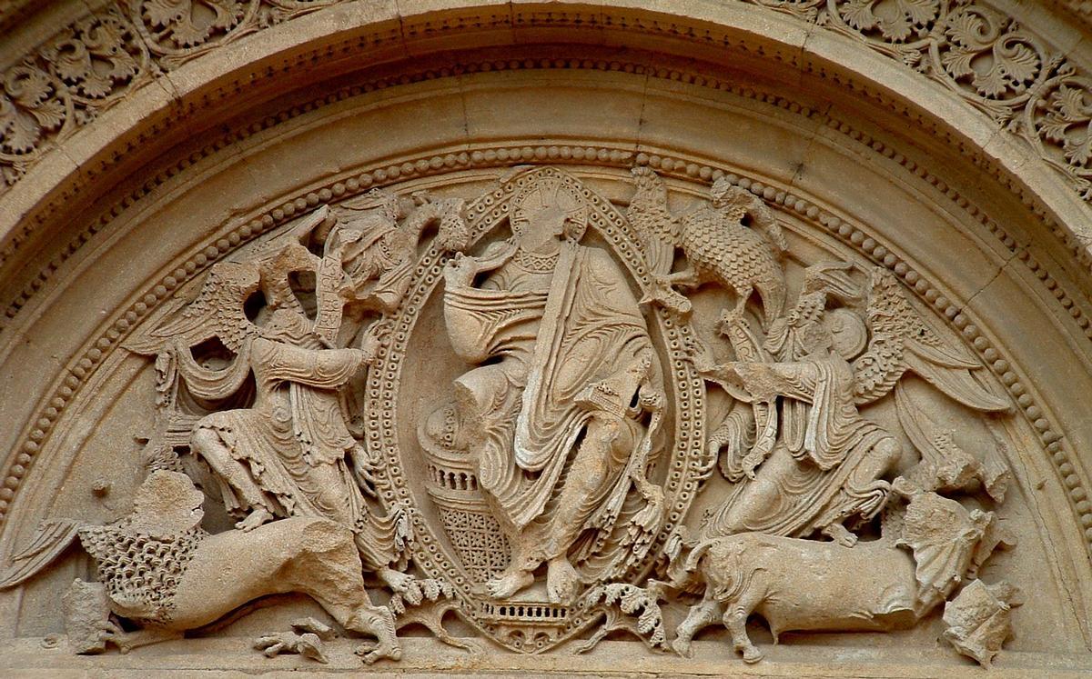 Fiche média no. 23873 Charlieu - Abbatiale - Narthex - Côté Nord - Portail côté Est - Le Christe en gloire entouré du tétramorphe (représentant les évangélistes) et deux anges