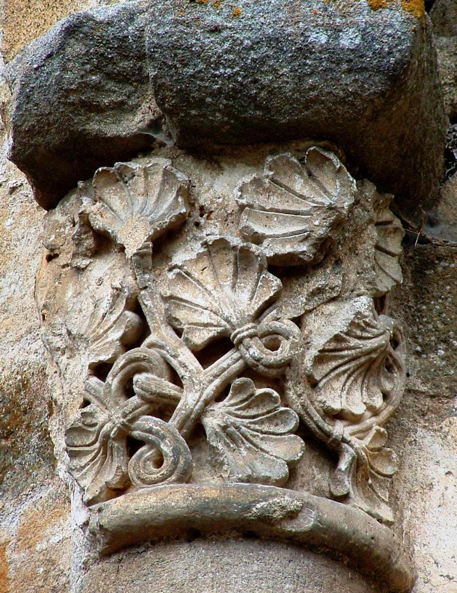 Saint-Jean-de-Côle - Eglise Saint-Jean (ancien prieuré) - Le chapiteau avec feuillages