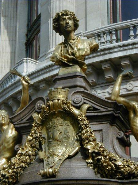 Skulptur von Charles Garnier an der Oper in Paris
