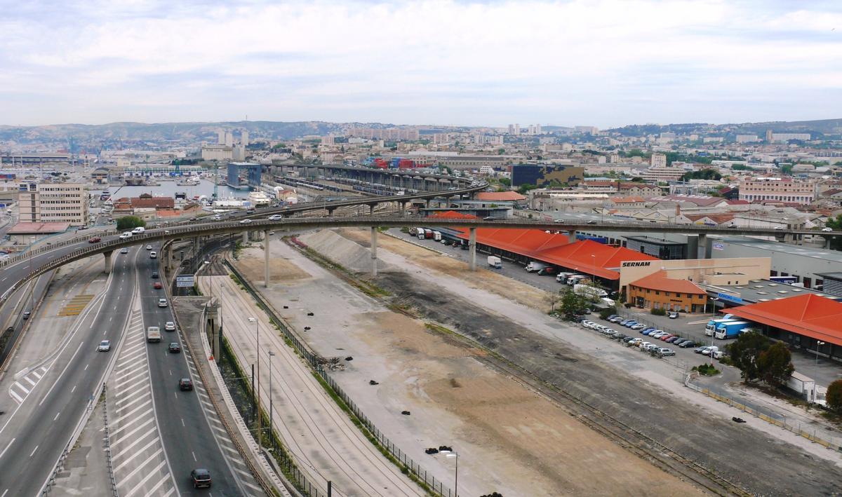 Fiche média no. 110748 Marseille - Viaduc d'Arenc (bretelle franchissant l'ancienne gare d'Arenc et permettant l'accès à l'autoroute A55 vers le Vieux Port), autoroute A55 (les deux sens de l'autoroute se raccordent au pied de la tour CMA-CGM) et partie nord du port autonome de Marseille