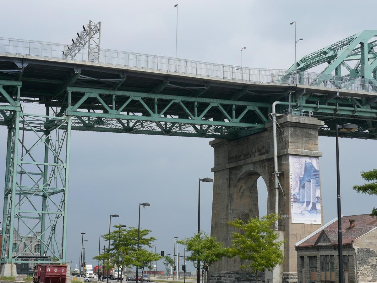 Fiche média no. 93158 Montréal - Pont Jacques-Cartier - Travées du viaduc d'accès en rive gauche (île de Montréal): le hourdis a été refait en 2001-2002 sans interruption de la circulation en journée par le groupement SNC-Lavalin / Construction demathieu & bard / Montacier