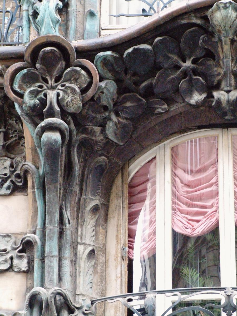 Fiche média no. 79925 Paris 10 ème arrondissement - Immeuble du 14 rue d'Abbeville construit en 1901 par les architectes Alexandre et Edouard Autant. La décoration végétale en grès flammé d'Alexandre Bigot