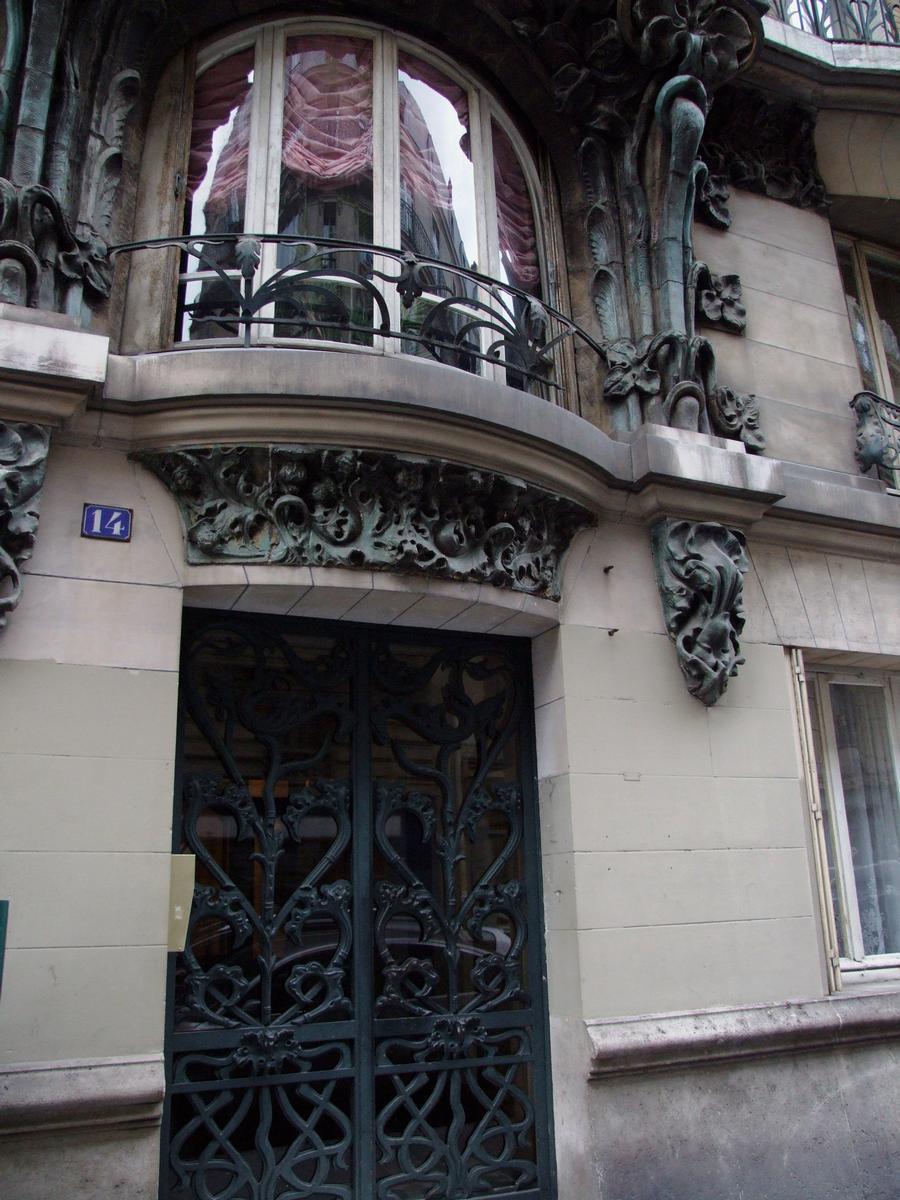 Fiche média no. 79930 Paris 10 ème arrondissement - Immeuble du 14 rue d'Abbeville construit en 1901 par les architectes Alexandre et Edouard Autant. La décoration végétale en grès flammé d'Alexandre Bigot
