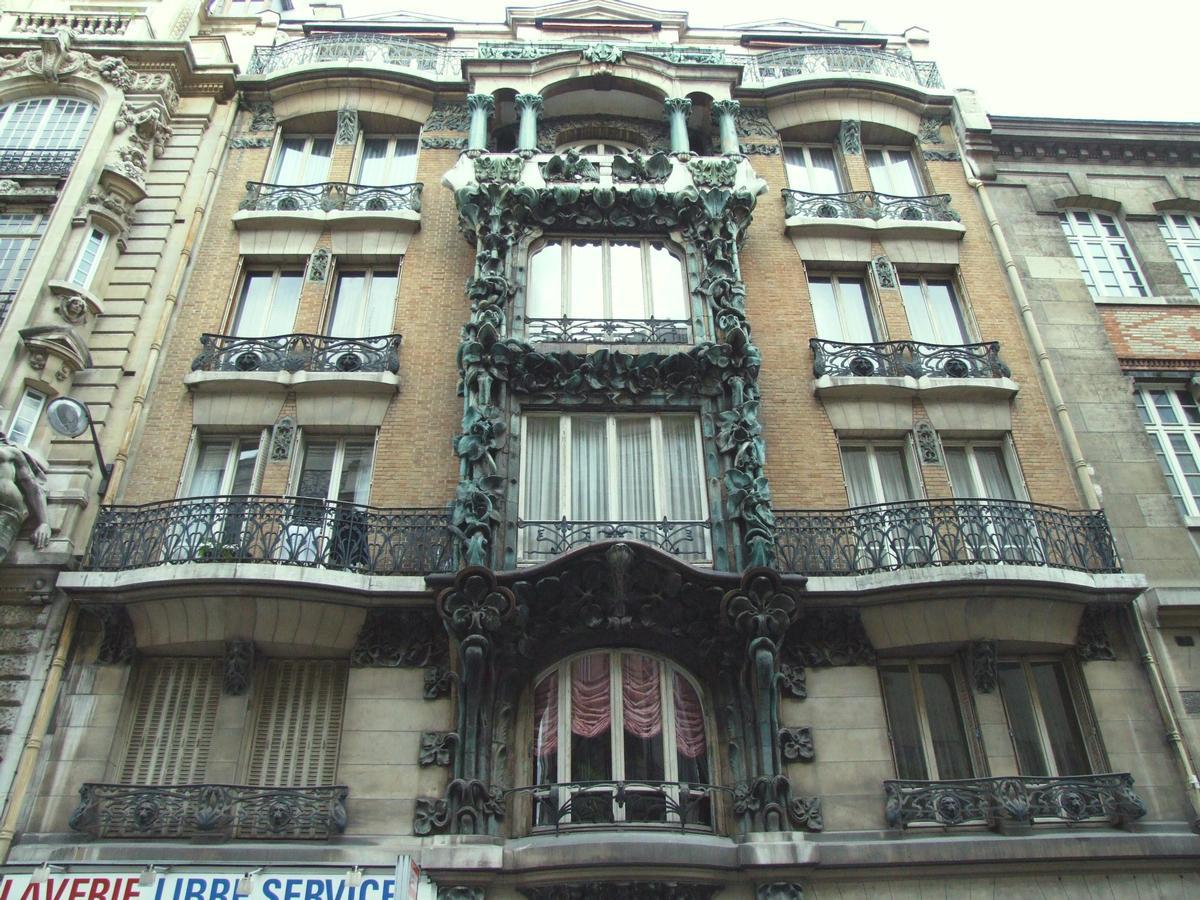 Fiche média no. 79926 Paris 10 ème arrondissement - Immeuble du 14 rue d'Abbeville construit en 1901 par les architectes Alexandre et Edouard Autant. La décoration végétale en grès flammé d'Alexandre Bigot