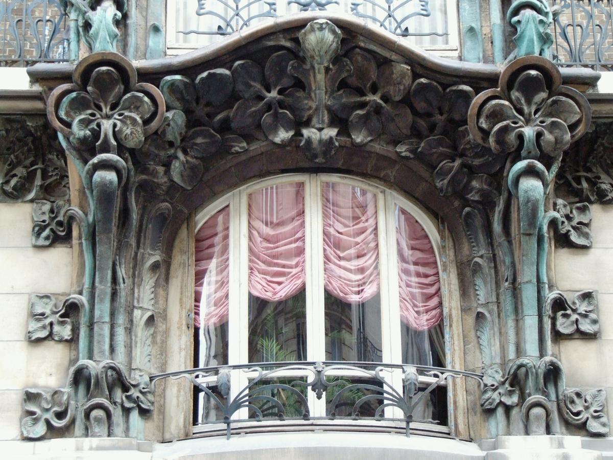 Fiche média no. 79927 Paris 10 ème arrondissement - Immeuble du 14 rue d'Abbeville construit en 1901 par les architectes Alexandre et Edouard Autant. La décoration végétale en grès flammé d'Alexandre Bigot