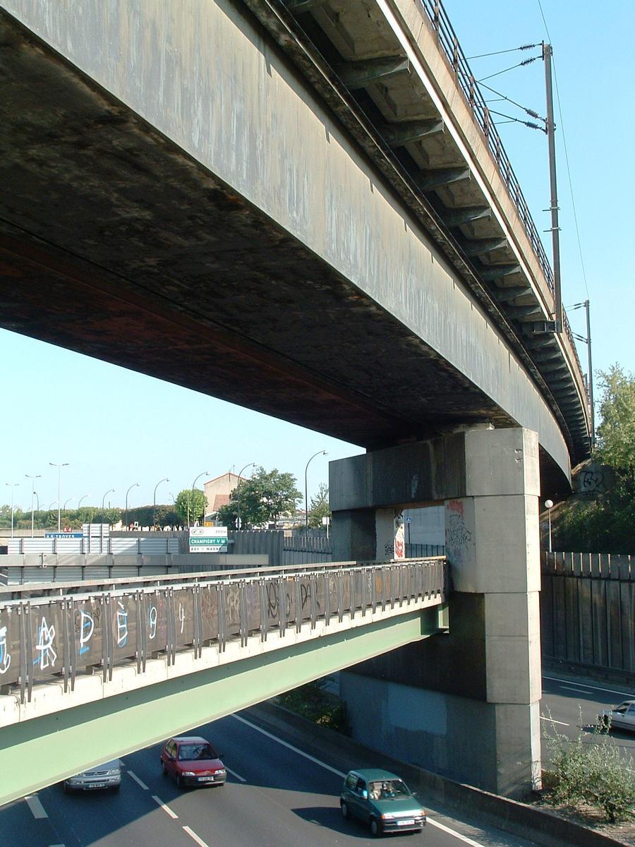 Fiche média no. 55321 Champigny-sur-Marne - Pont-rail de Nogent (viaduc de franchissement de l'autoroute A4 à la suite du viaduc de Nogent-sur-Marne) - Passerelle piétons au-dessous du viaduc ferroviaire