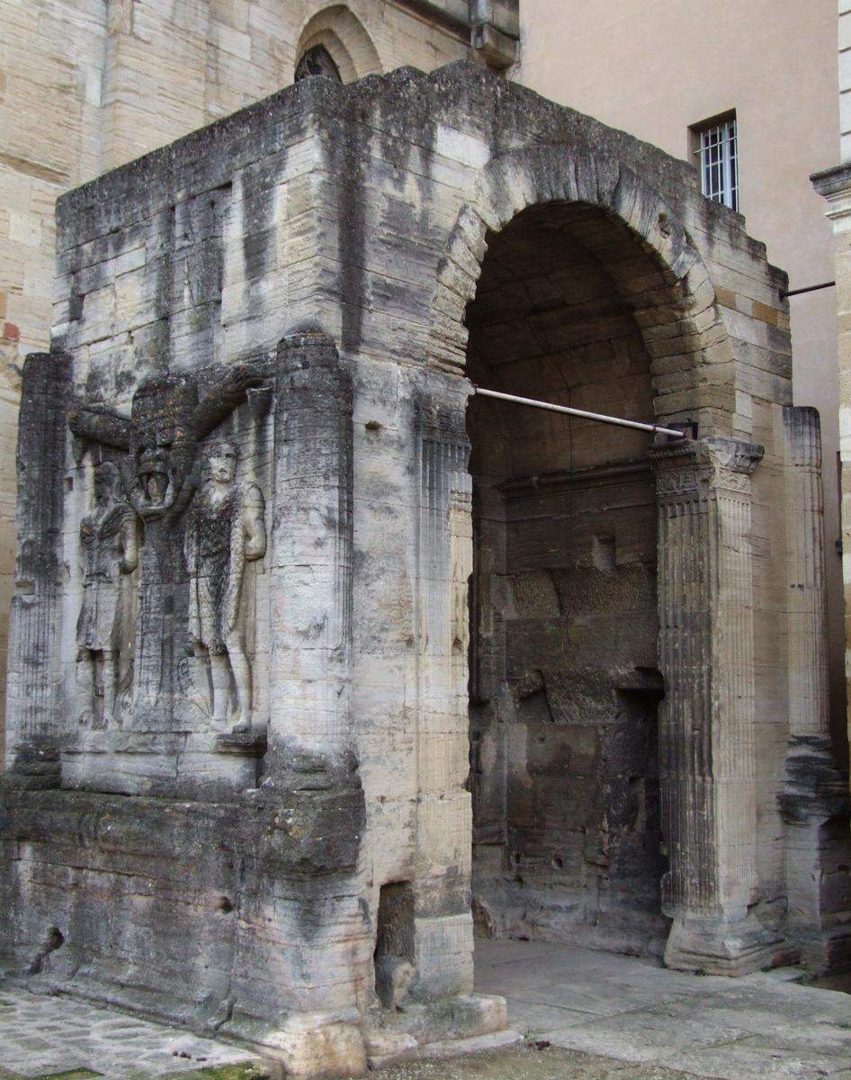 Carpentras - L'arc romain entre la cathédrale Sain-Siffrein et le Palais de justice