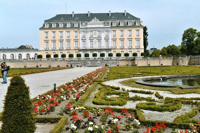 Le château d'Augustusburg à Brühl, façade sud, côté jardin à la française