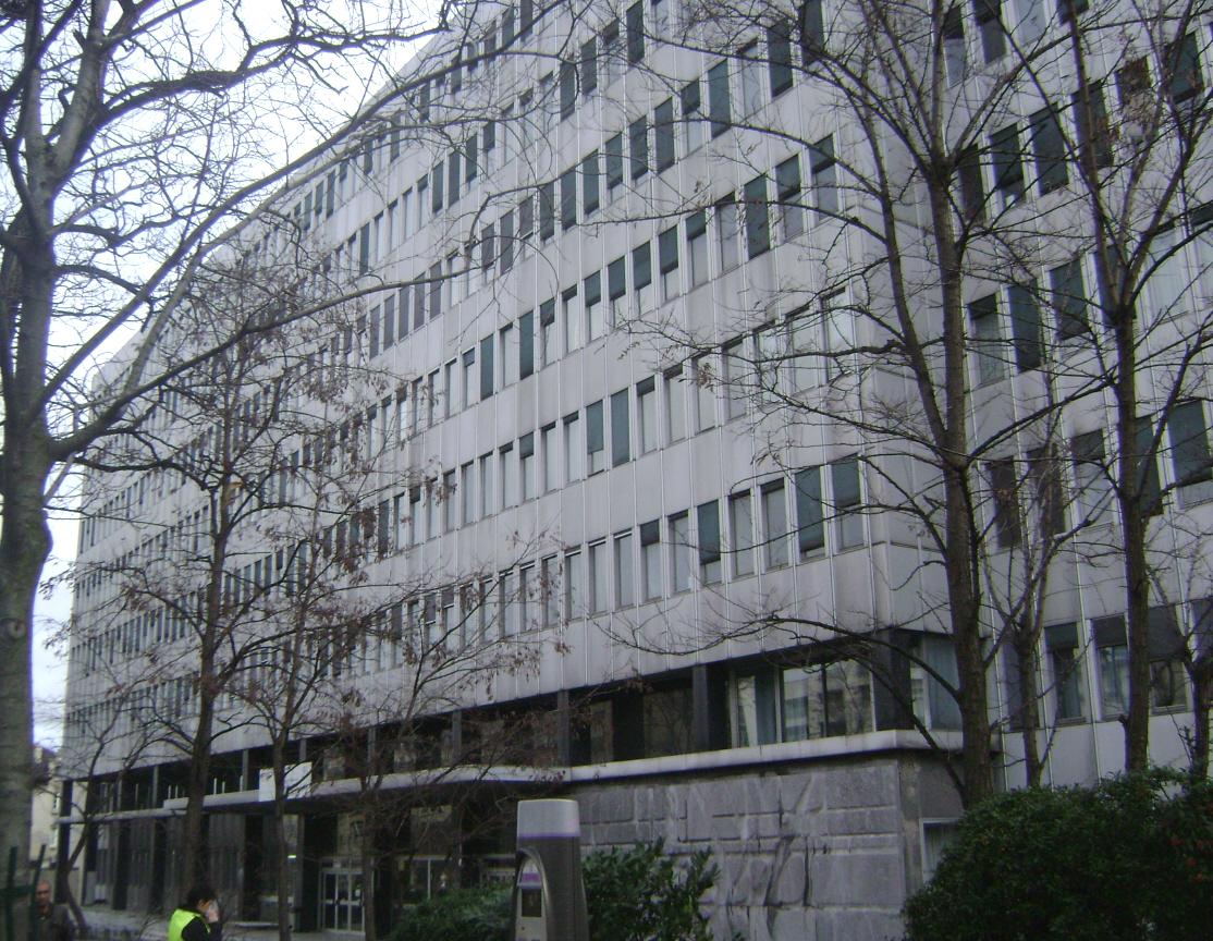 La façade de la Faculté de Médecine, site de la Pitié-Salpétrière, avenue de l'Hôpital (Paris 13e)