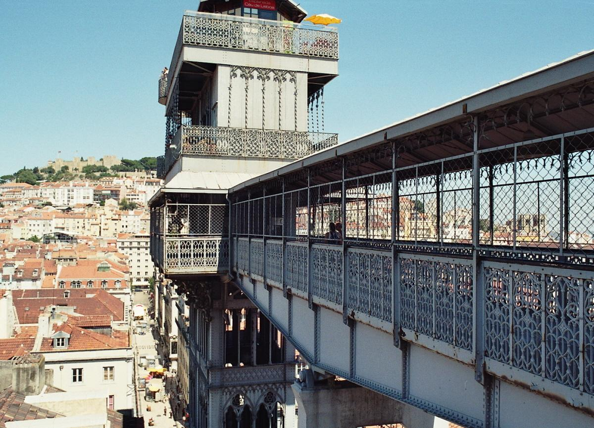 L'ascenseur vertical métallique (elevador) de Santa Justa, construit en 1901, mène de la Baixa au quartier du Chiado (Lisbonne)