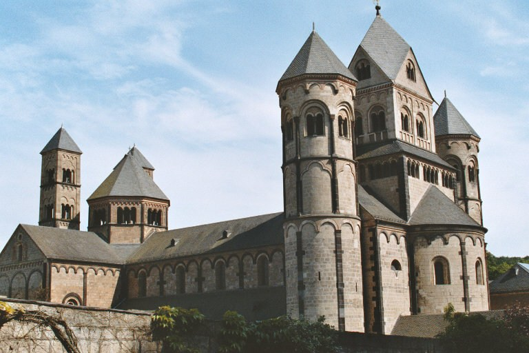 Vue générale de l'église de l'abbaye de Maria Laach (Rhénanie), de style roman
