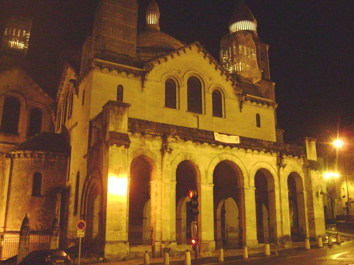 Vue nocturne de la cathédrale Saint-Front de Périgueux