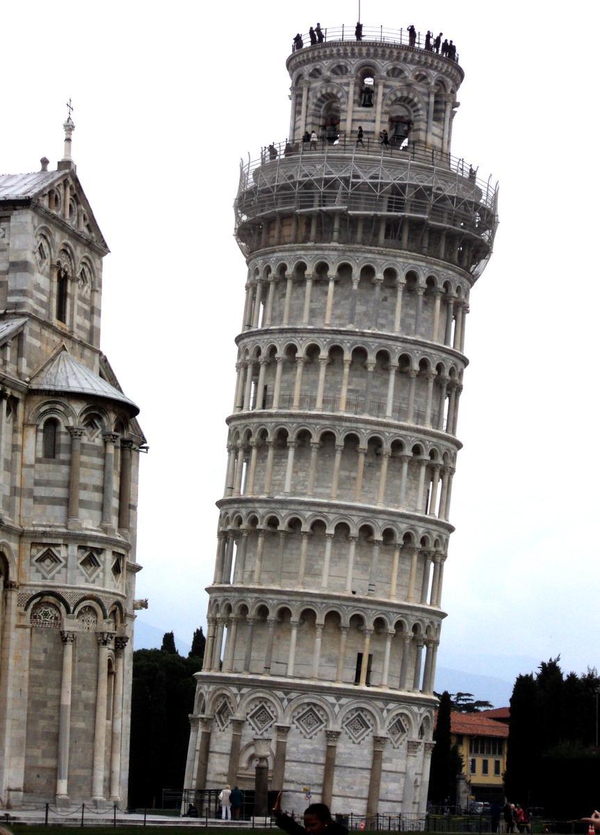 Le campanile, appelé habituellement tour penchée, de la cathédrale de Pise
