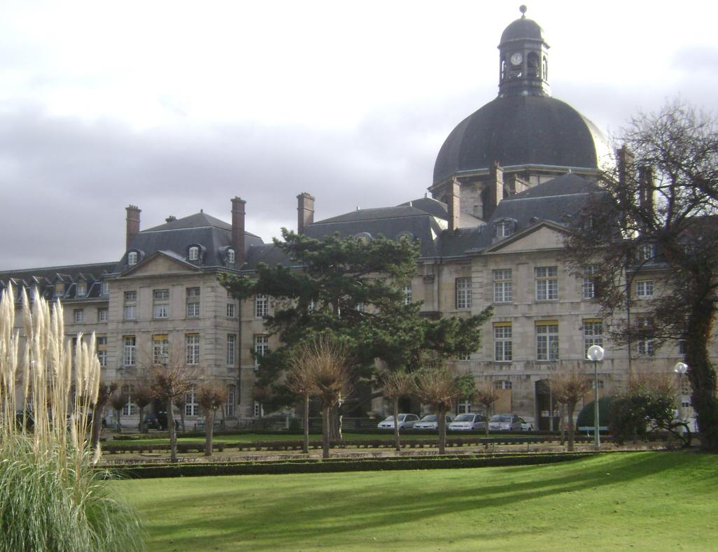 La cour et la chapelle Saint-Louis de l'hôpital de la Pitié-Salpétrière, avenue de l'Hôpital (Paris 13e)