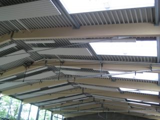 Sporthalle der Raunerschule mit ausgewogener und blendfreier Belichtung