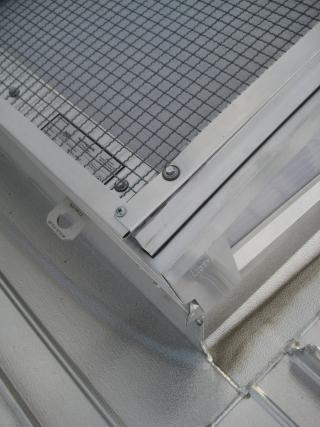 Geprüf. Hagelschutz-Wellengitter (mehr Lichttransmission –mit zusätzlichem Anschlagpunkt) (Sporthalle Raunerschule)